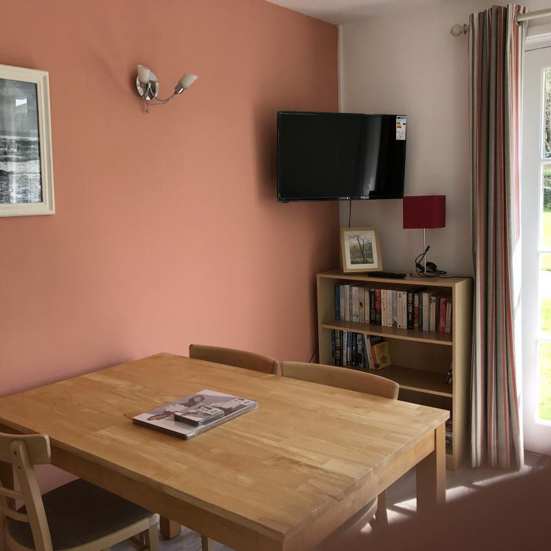 Feature wall, wall mounted TV, dining table